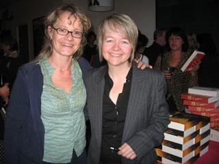 Sarah Waters (rechts) naast vertaalster Lucie van Rooijen tijdens BorderKitchen in Den Haag op 16 juni. Als gevolg van haar uitgebreide onderzoek naar de periode waarin het verhaal speelt, lijkt Waters zich voorlopig nog niet van het boek te kunnen losmaken: 'Ik merk dat ik nog steeds praat als iemand uit de jaren veertig.'