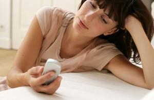 Meisje smacht met mobieltje